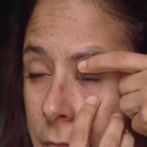 elle confond les gouttes pour les yeux et de la glue